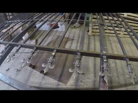 Сварной забор с коваными элементами. Пример гармоничной конструкции.
