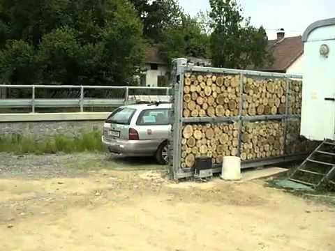 Открывающиеся ворота габионы, заполненные деревом