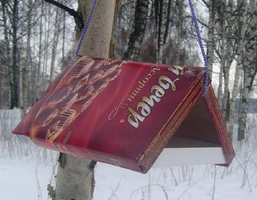 кормушка для птиц из коробки конфет
