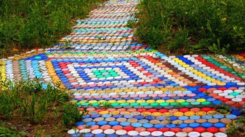 дорожка из пробок от пластиковых бутылок