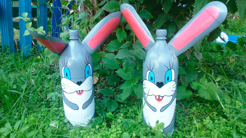 заяц из пластиковых бутылок