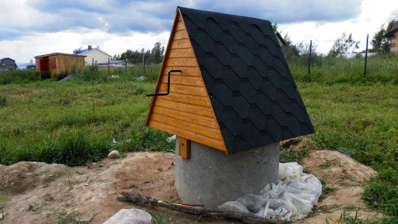 домик из бетонного кольца и крыши из черепицы